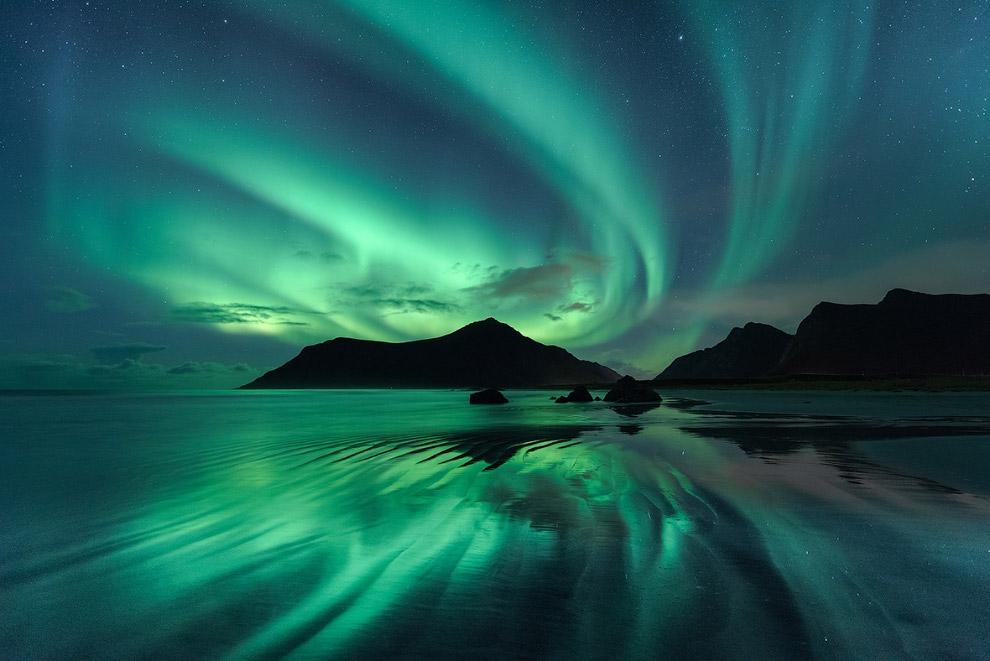 Отражение северного сияния в воде