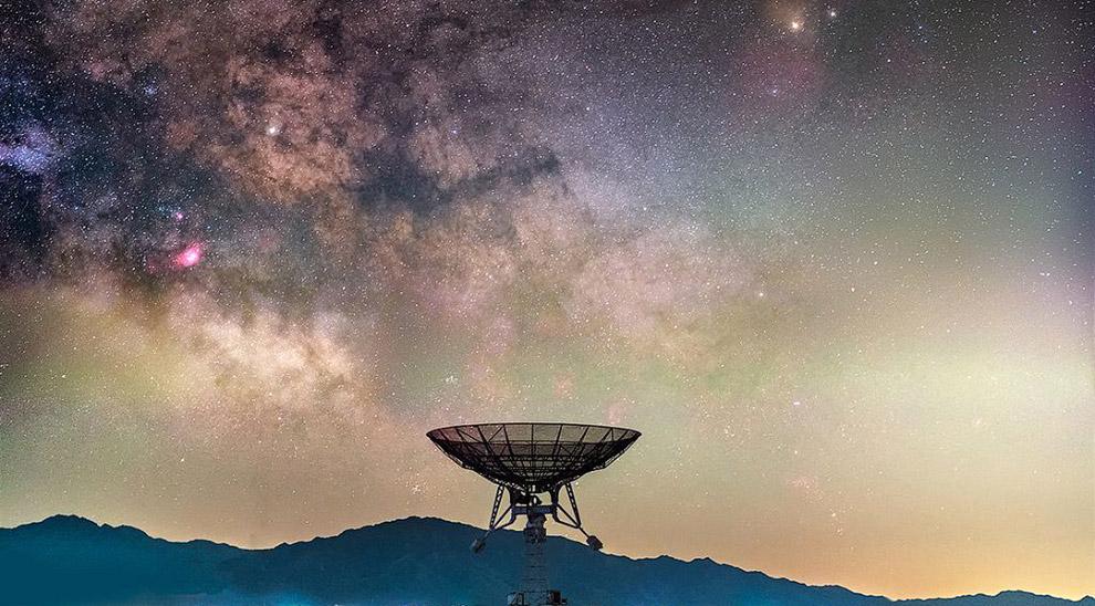 Национальная астрономическая обсерватория Китая в пригороде Пекина и звездное небо