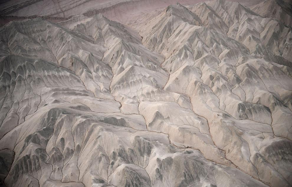 Это горы между Урумчи и Хами, Китай