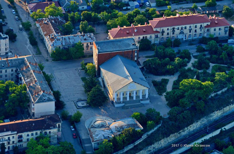 2. Культурный комплекс «Корабел» на улице Рабочая.