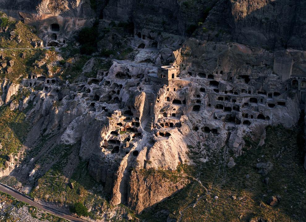 Древний пещерный город XII—XIII веков Вардзия на юге ГрузииДревний пещерный город XII—XIII веков Вардзия на юге Грузии