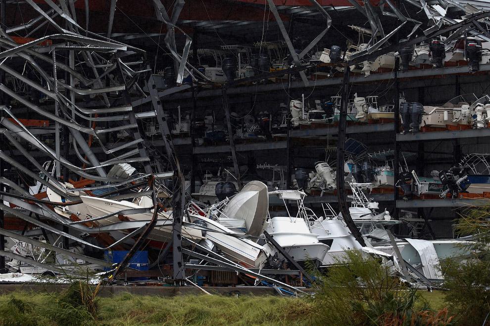 Хранилище лодок и катеров не выдержало встречи в ураганом Харви