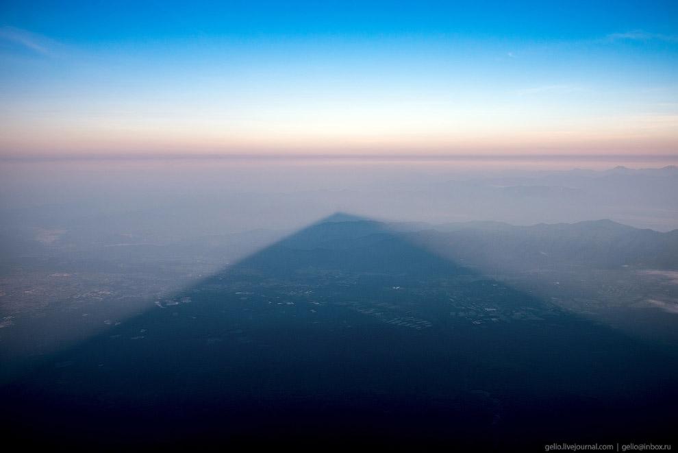 Тень Фудзиямы с её вершины