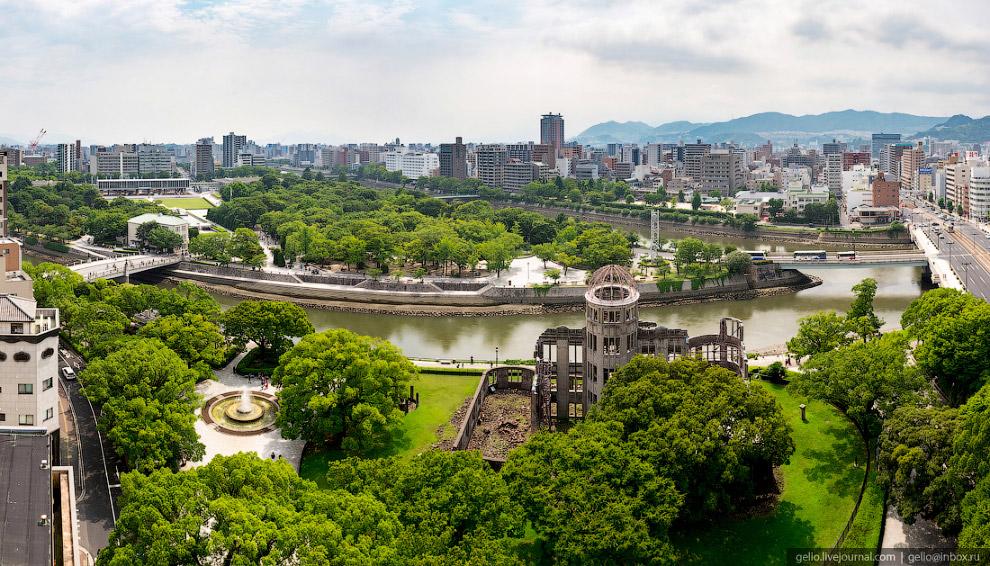 Напротив «Купола Гэмбаку» находится Мемориальный парк мира