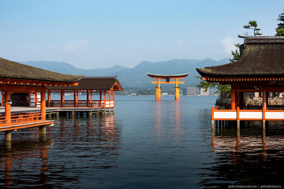 ритуальные врата или тории святилища Ицукусима