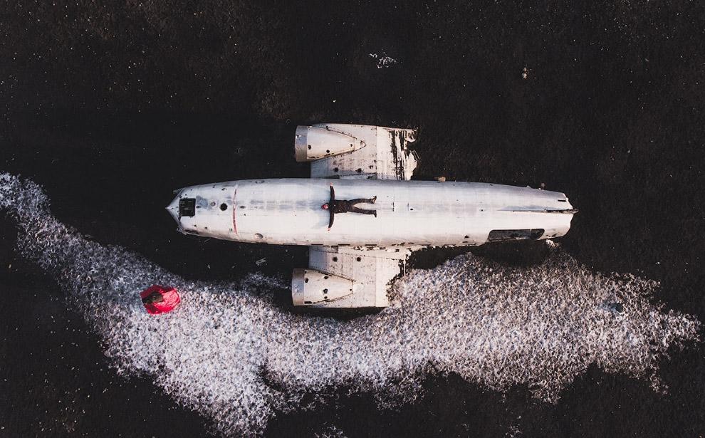 На обломка заброшенного самолета ВМС США Douglas Super DC-3 в Исландии