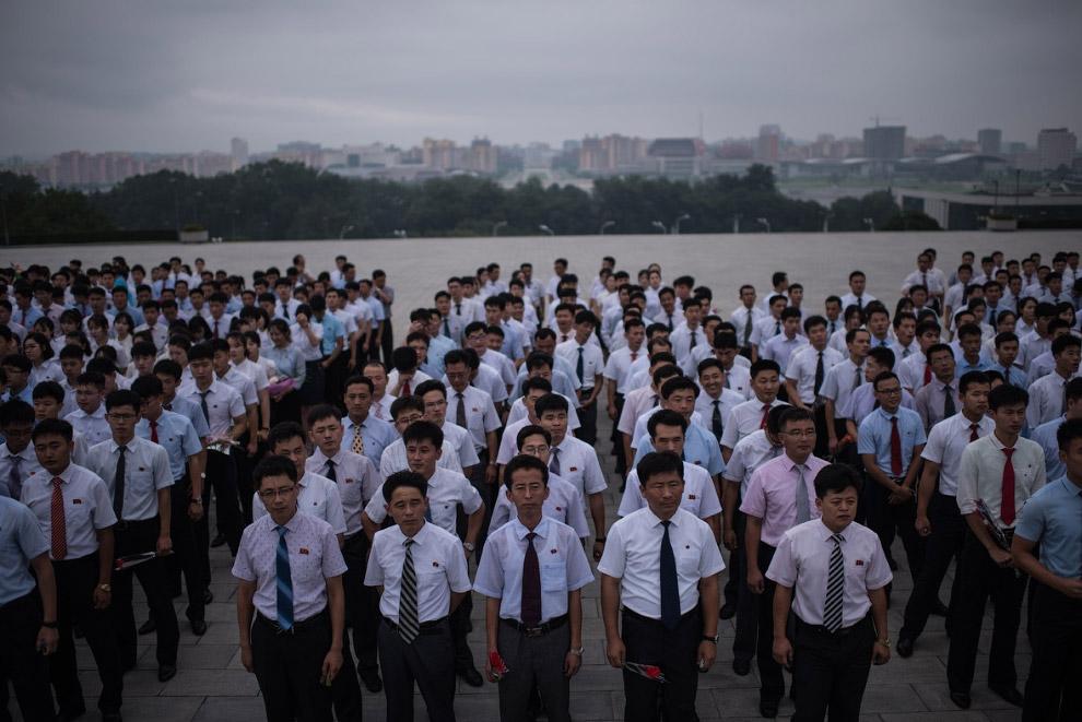 Собрались, чтобы выразить уважение северокорейским лидерам