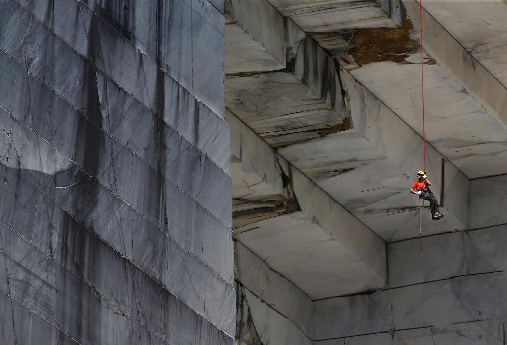 Альпинисты-высотники исследуют мрамор
