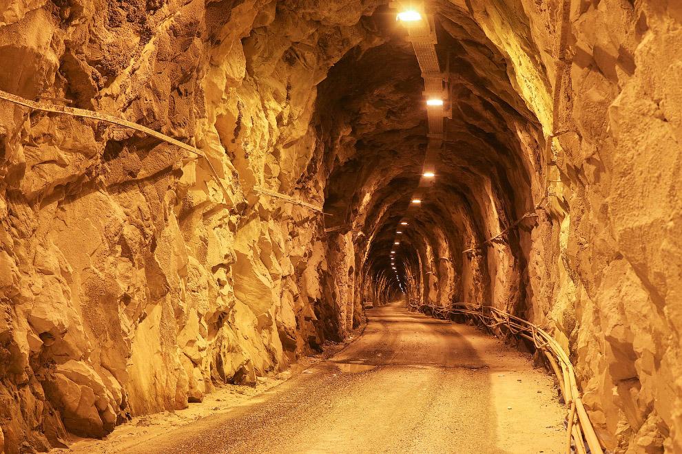 Старый туннель в мраморном карьере в Карраре, Тоскана, Италия