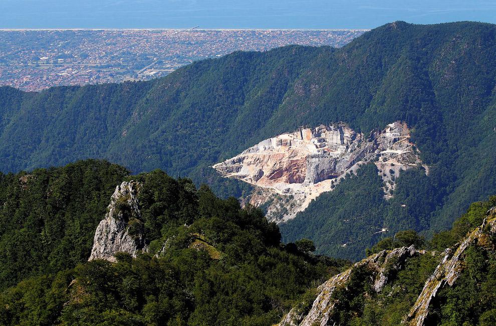 Вот так выглядит мраморный карьер со стороны, где добывают мрамор мечты Микеланджело