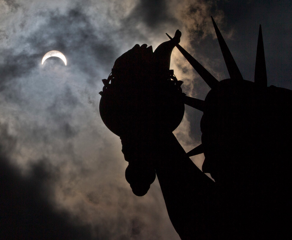 Затмение над Статуей Свободы на острове Свободы в Нью-Йорке