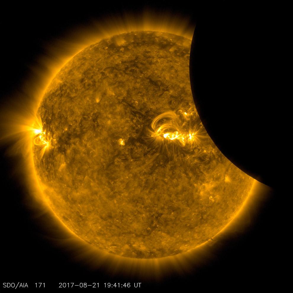 Изображение Луны, проходящей по Солнцу