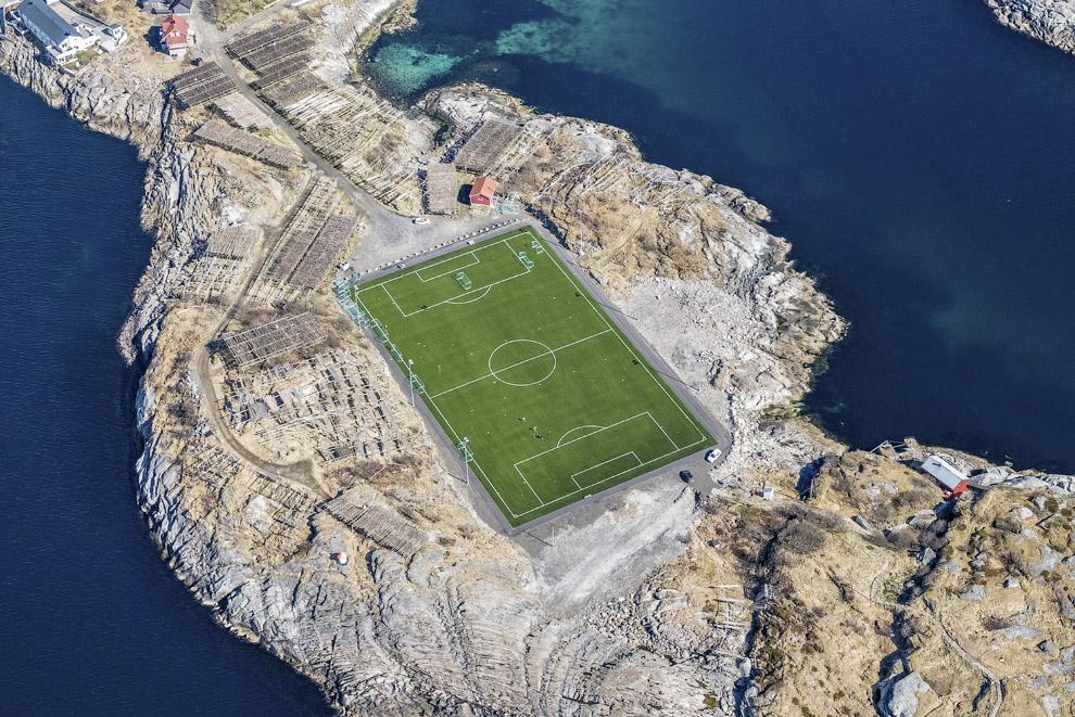 Футбольное поле на Лофотенских островах, Норвегия