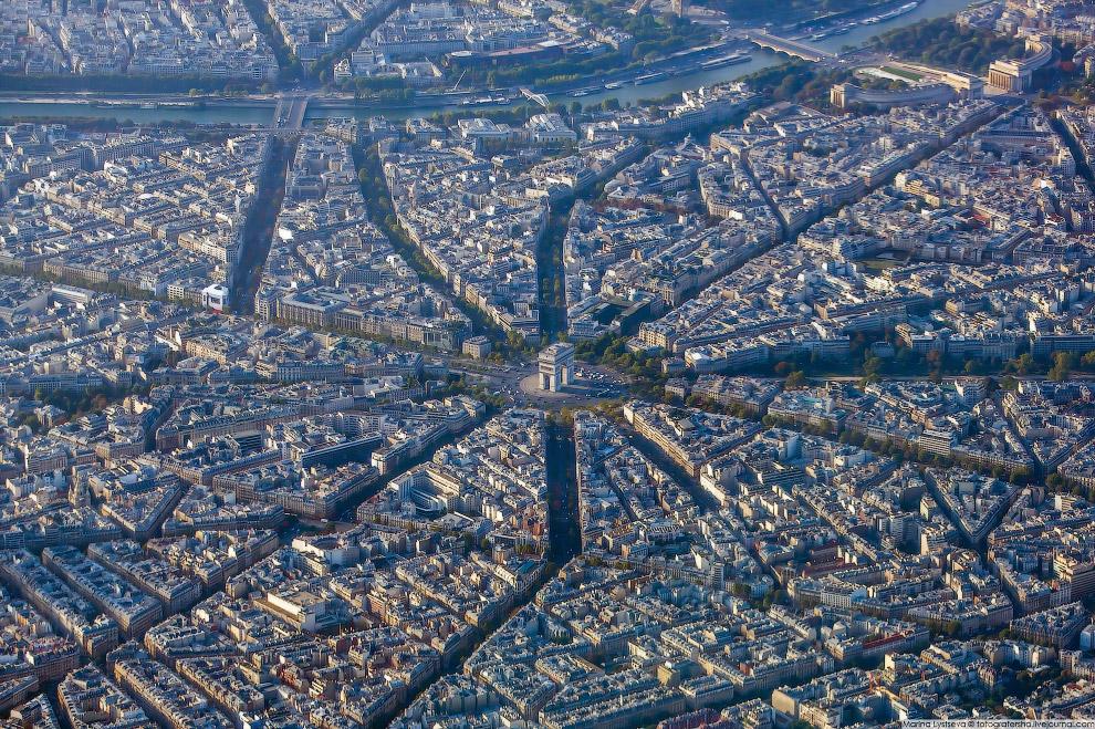 Триумфальная арка на площади Шарля де Голля.