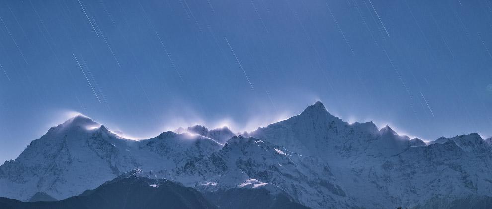 Звездные треки на небе в горах в провинции Юньнань, Кита