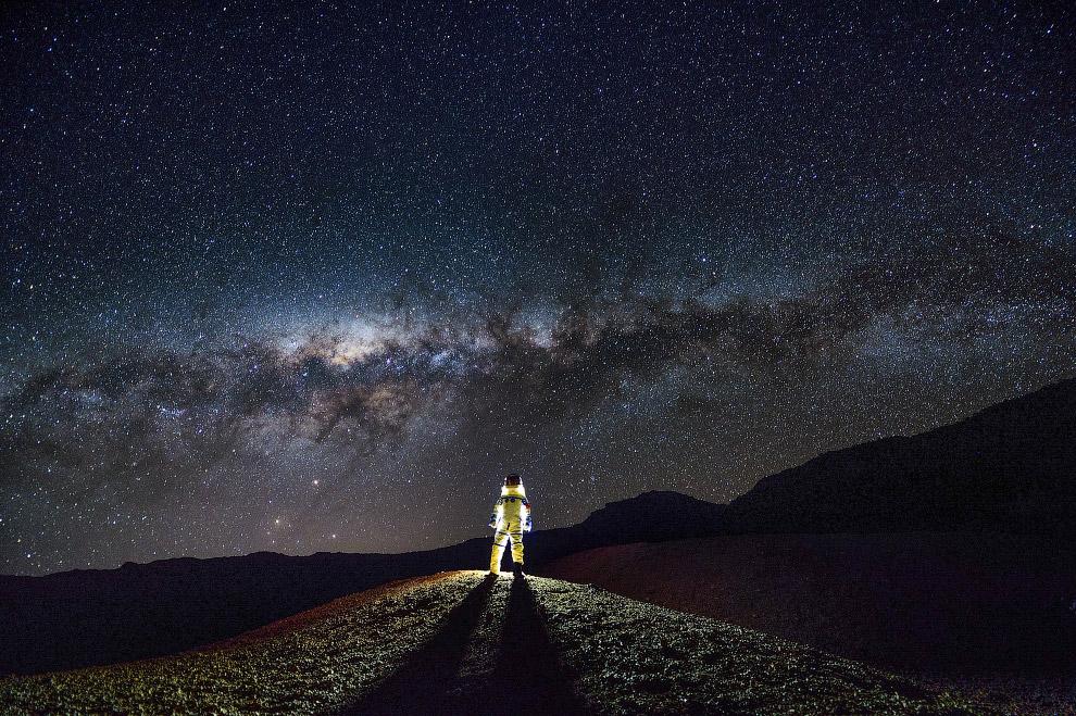 Человек в скафандре и Млечный Путь