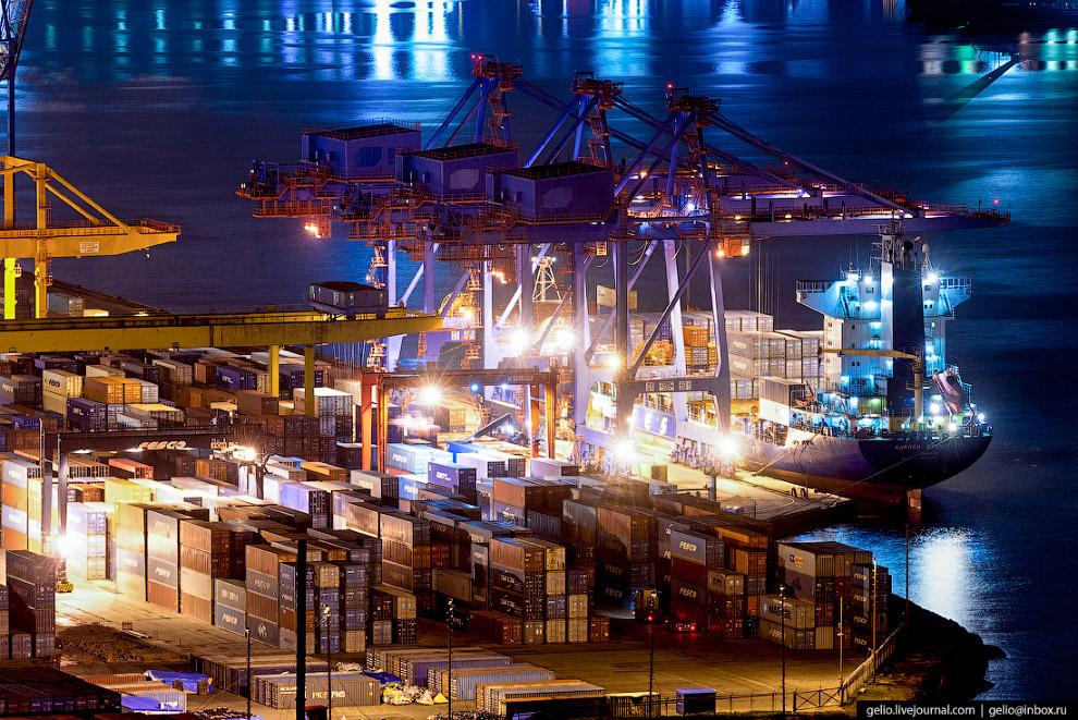 Контейнерный терминал Владивостокского морского торгового порта.