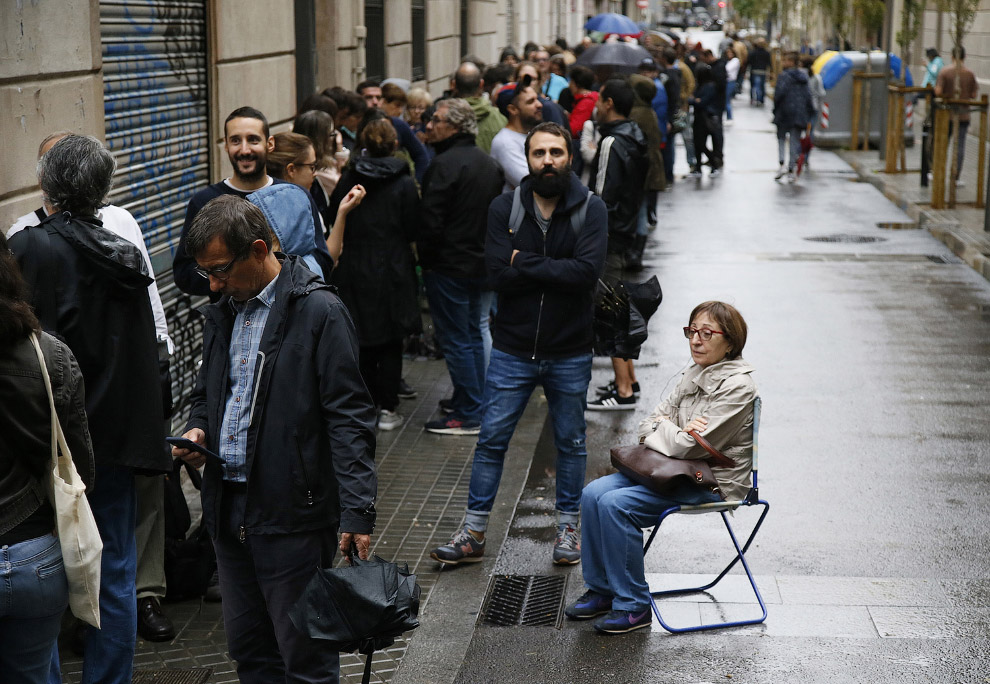 Очередь на избирательный участок в Барселоне