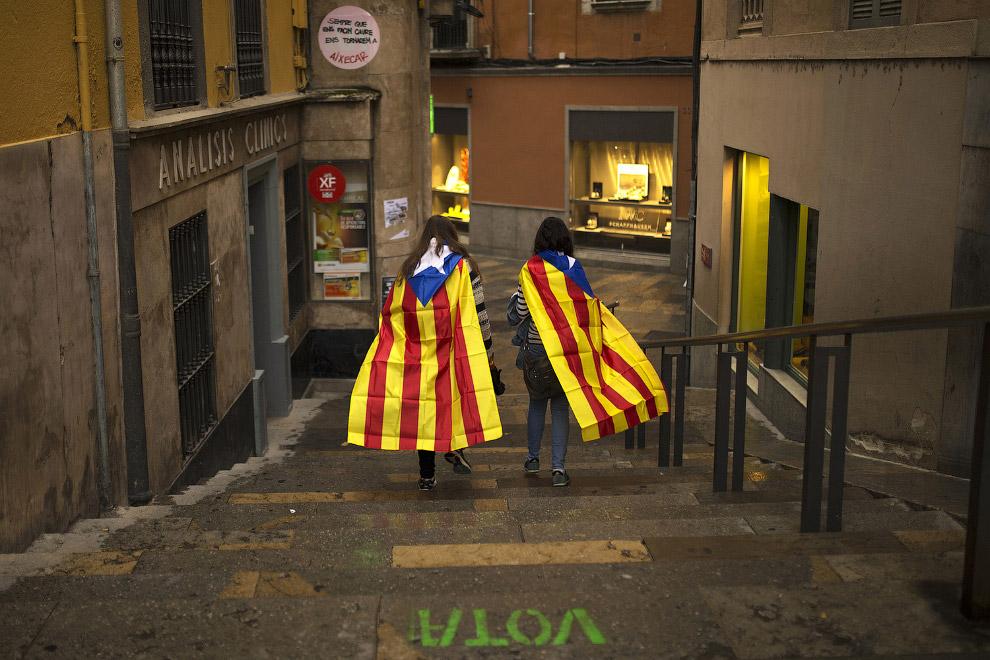 Девчонки с флагами каталонских земель