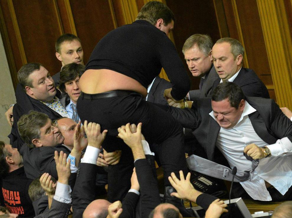 Крупное побоище в стенах украинского парламента произошло в первый же день работы новоизбранной Верховной рады