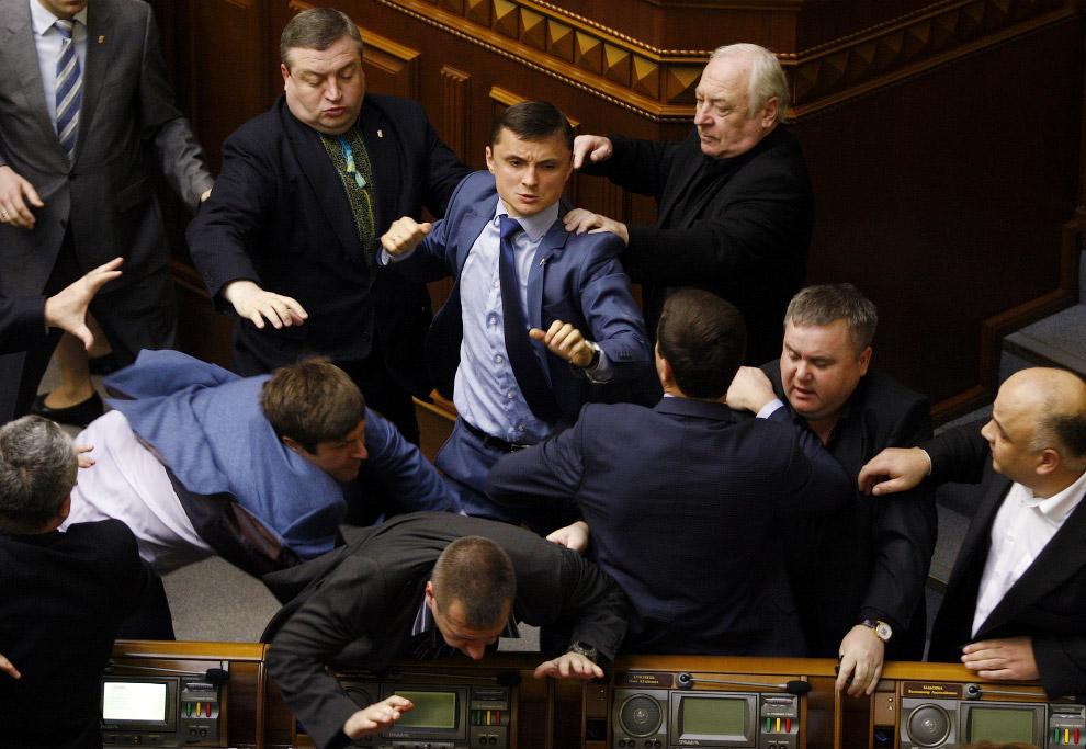 В Верховной раде Украины после выступления лидера коммунистов Петра Симоненко, который обвинил новую власть в обострении ситуации на востоке страны, произошла драка между представителями парламентского большинства и оппозиции