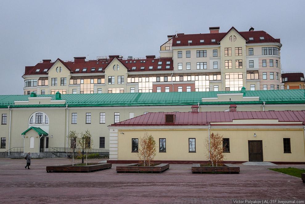 Отреставрированные казармы Омской крепости и ЖК «Старая крепость».
