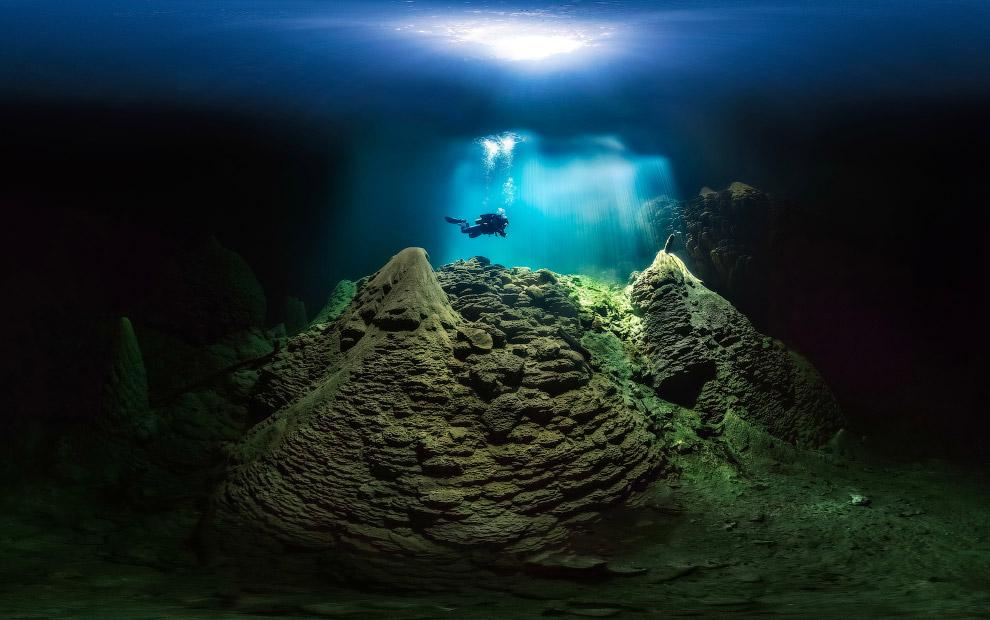 Подземная пещера с кристально чистым озером, Бразилия