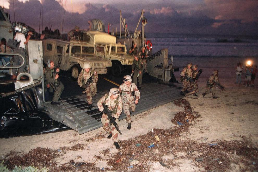 Американские морпехи высаживаются на пляж в Могадишо