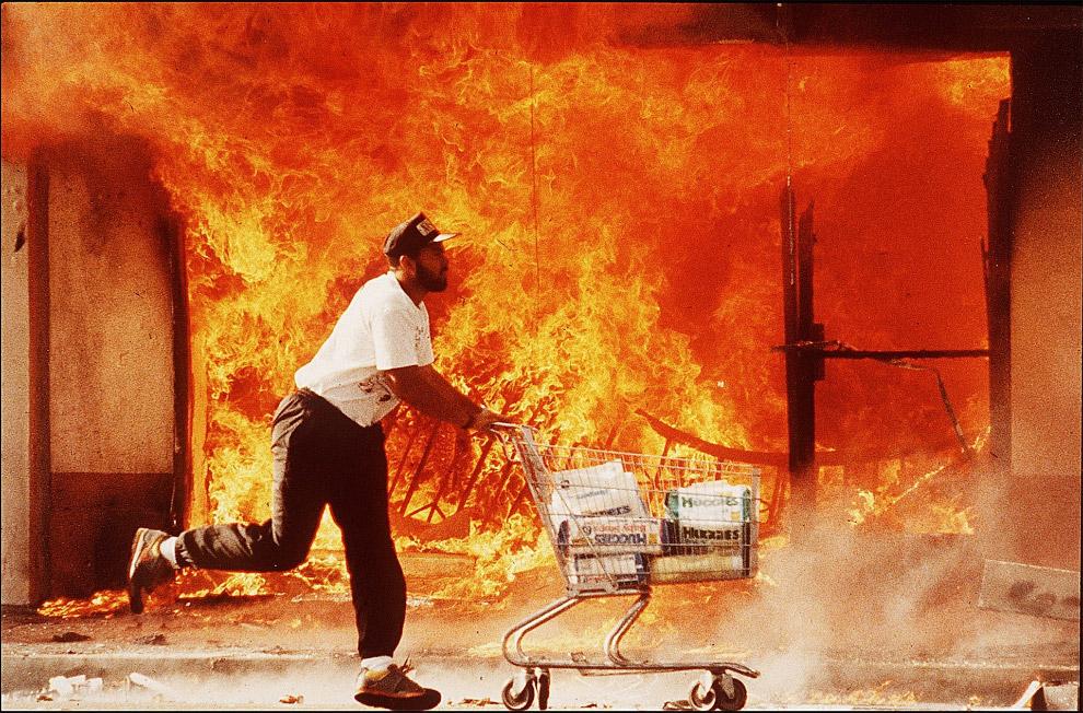 Мародер с украденными памперсами во время Лос-Анджелесского бунта