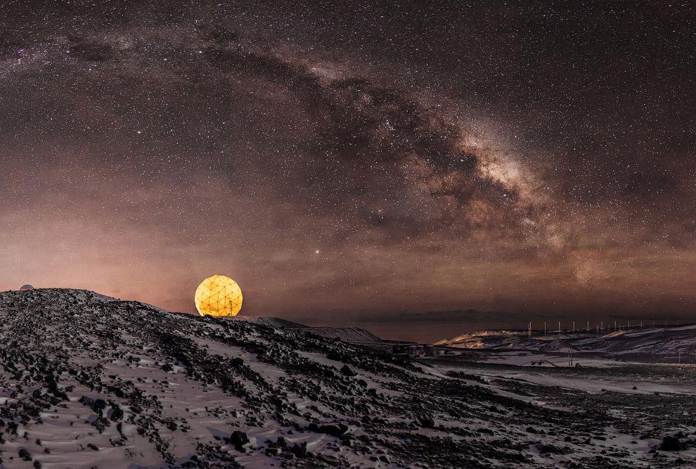 Млечный Путь в ночном небе над станцией МакМердо