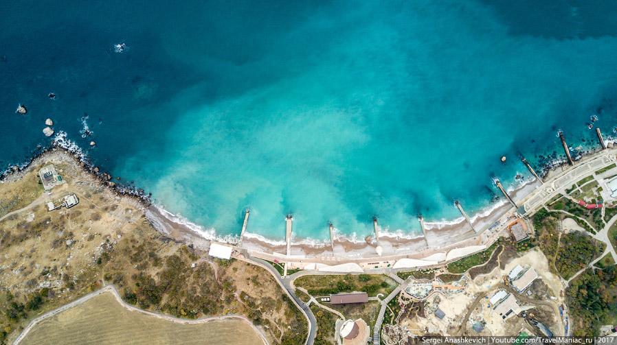 Красивое море и некрасивый бетонный берег в Симеизе