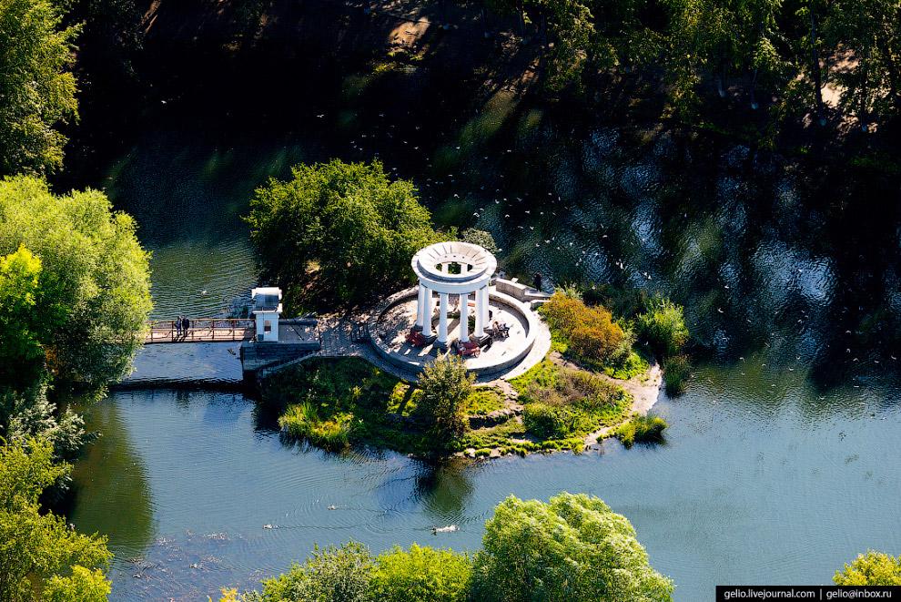 Каменная ротонда на пруду в Харитоновском парке