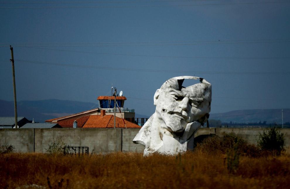 Бывший памятник Ленину недалеко от Тбилиси, Грузия