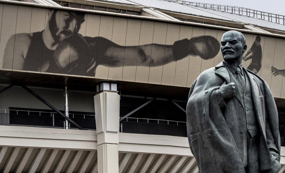 Ленин около стадиона «Лужники» в Москве