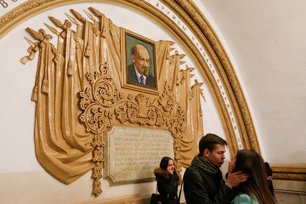 Ленин на станции метро «Киевская» в Москве