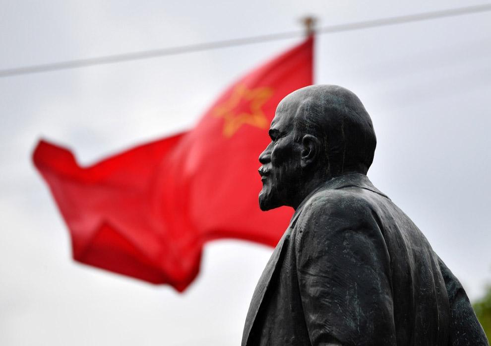 Ленин перед зданием администрации Василеостровского района Санкт-Петербурга