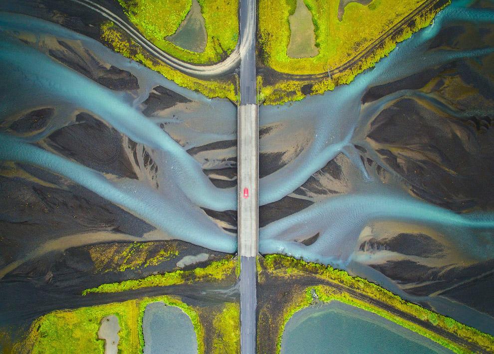 Мост и река в Исландии. Вид сверху