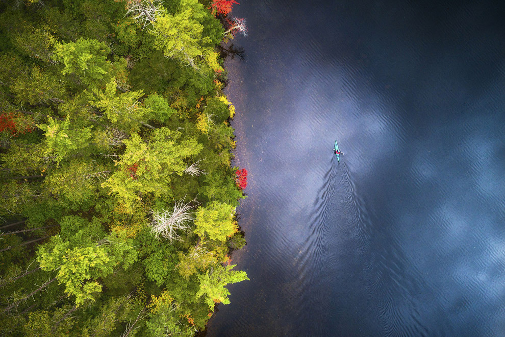 Байдарка на осеннем озере в Нью-Гемпшире