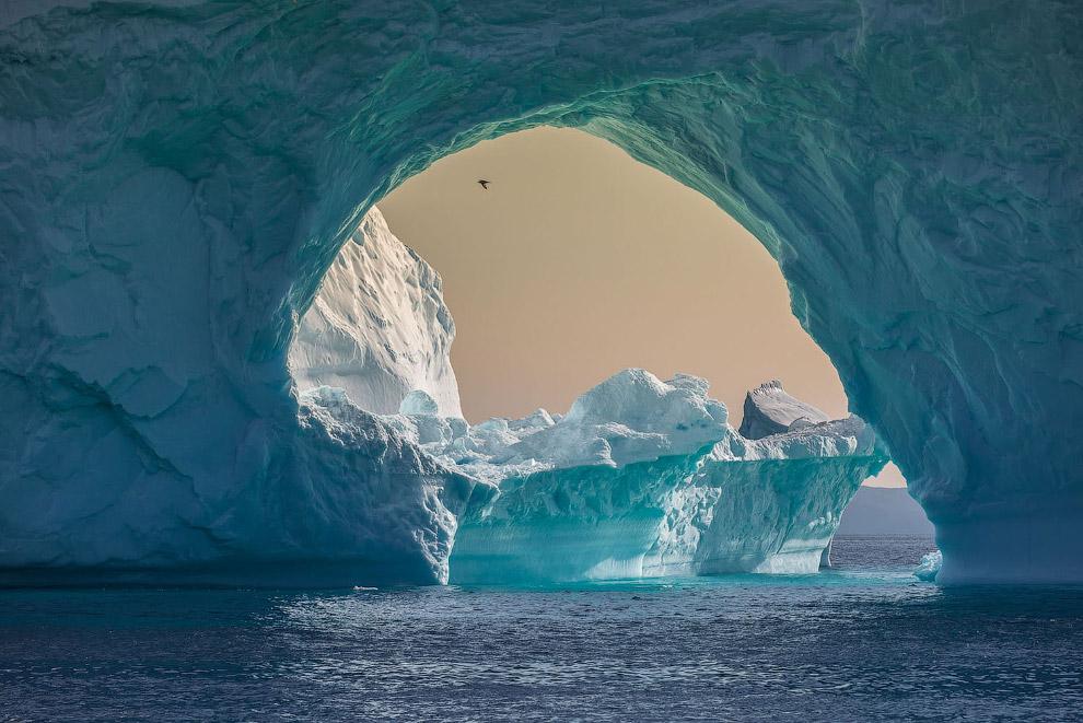 Удивительный айсберг с аркой в западной Гренландии