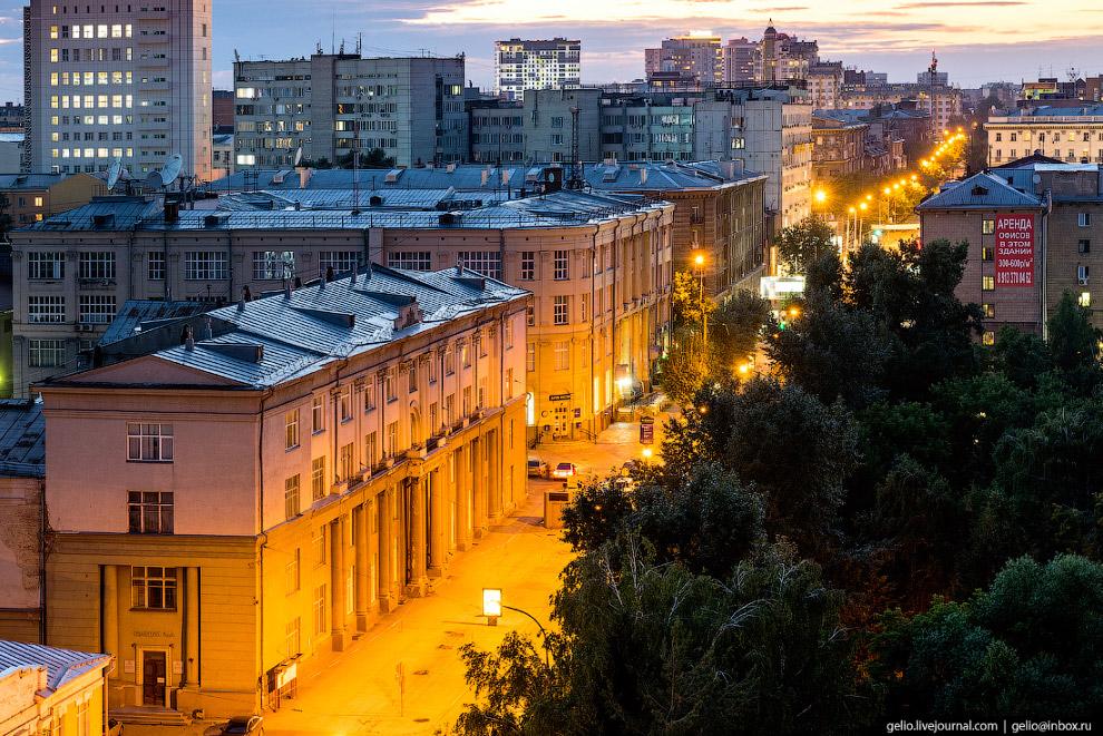 Улица Советская и здание государственной консерватории имени Глинки.