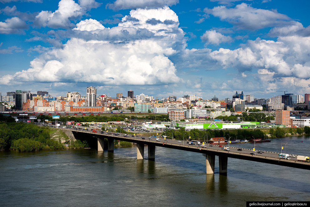 Димитровский — один из трёх действующих автомобильных мостов через Обь в Новосибирске.