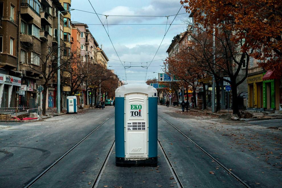 Удобно расположенный передвижной туалет в центре Софии, Болгария