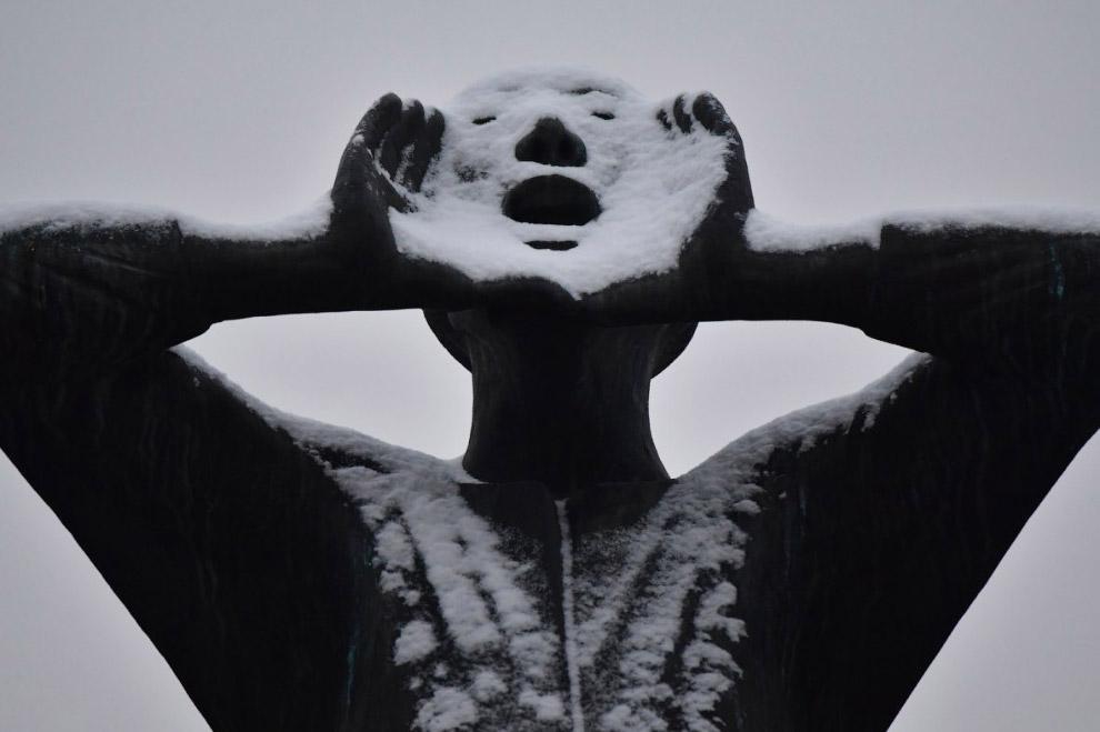 Статуя перед Бранденбургскими воротами в Берлине
