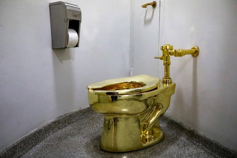 Золотой унитаз в музее Гуггенхайма в Нью-Йорке