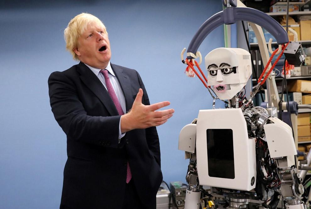 Министр иностранных дел Великобритании Борис Джонсон  и робот