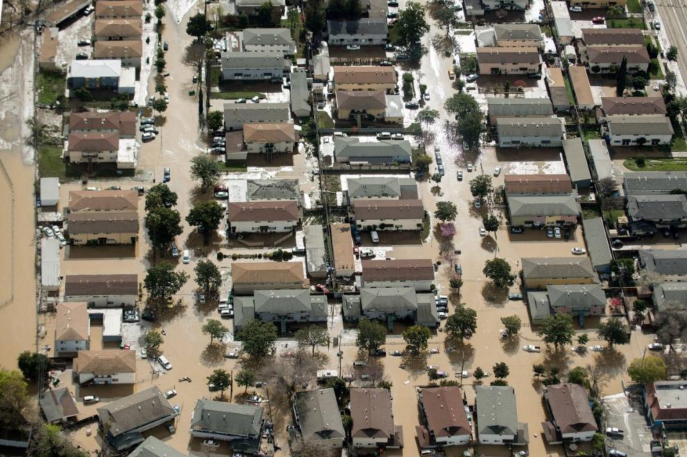 В городе Сан-Хосе в Калифорнии наводнение — река Койот-Крик вышла из берегов и затопила южные районы