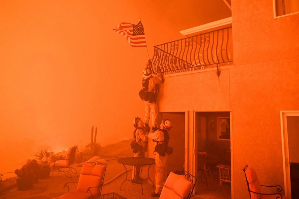 Спасают от пожара флаг, Калифорния