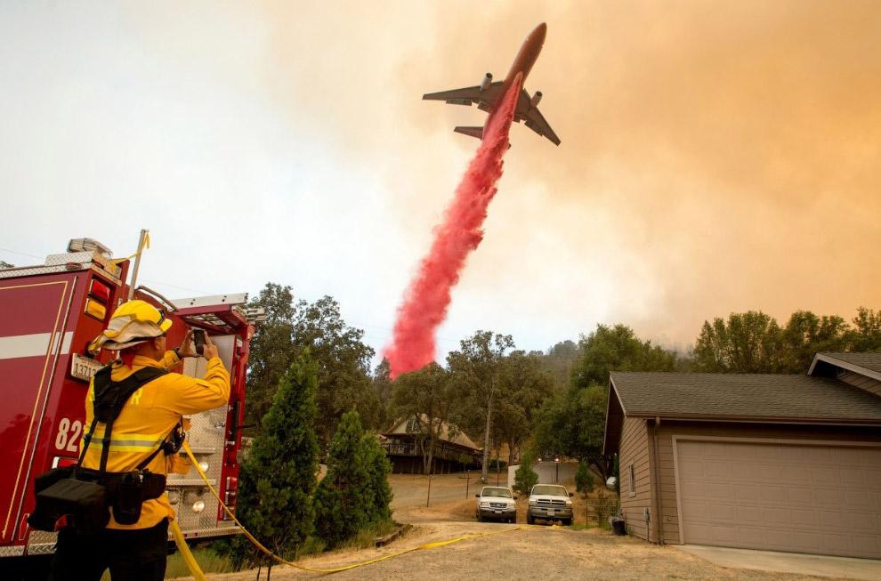 Пожарный самолет в Калифорнии