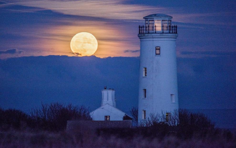 Луна и маяк в Англии
