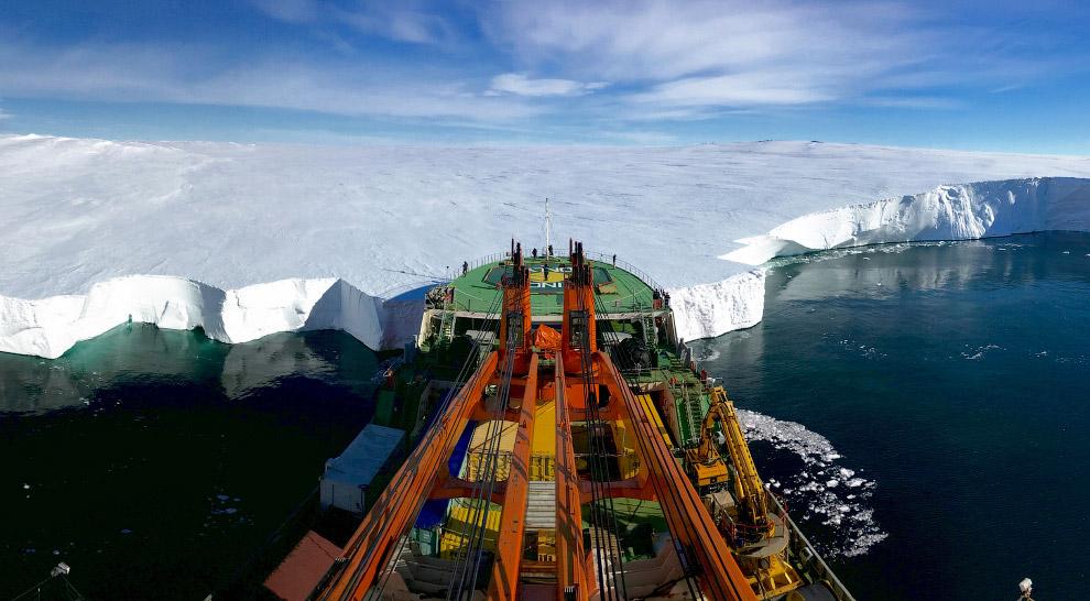 Российское научно-исследовательское судно «Академик Трёшников» в Восточной Антарктиде